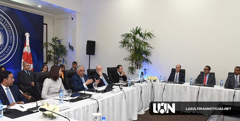 Canciller Miguel Vargas sostiene encuentro con empresarios y embajadora de Canadá