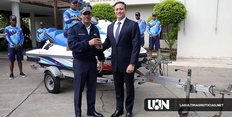 Procurador entrega dos Jet Ski al CESTUR para fortalecer patrullaje marítimo en las zonas turísticas del país
