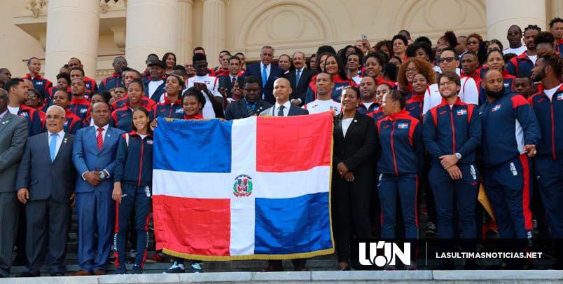 Presidente Medina entrega bandera a atletas que representarán a RD en Lima 2019