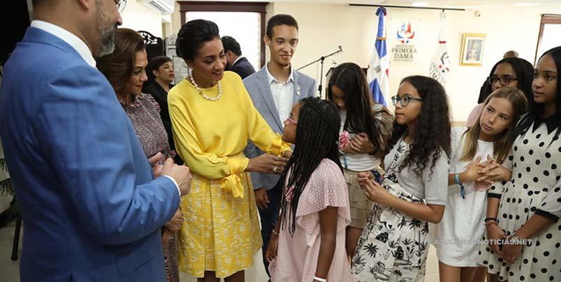 Primera dama exhorta a estudiantes meritorios en España trazarse metas y tener fe para desarrollarlas