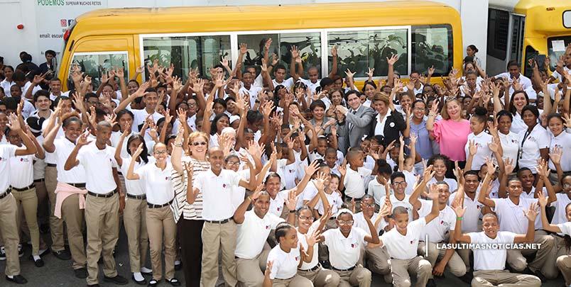 Estudiantes de la Escuela Nacional para Sordos reciben con júbilo autobús gestionado por Cándida Montilla de Medina