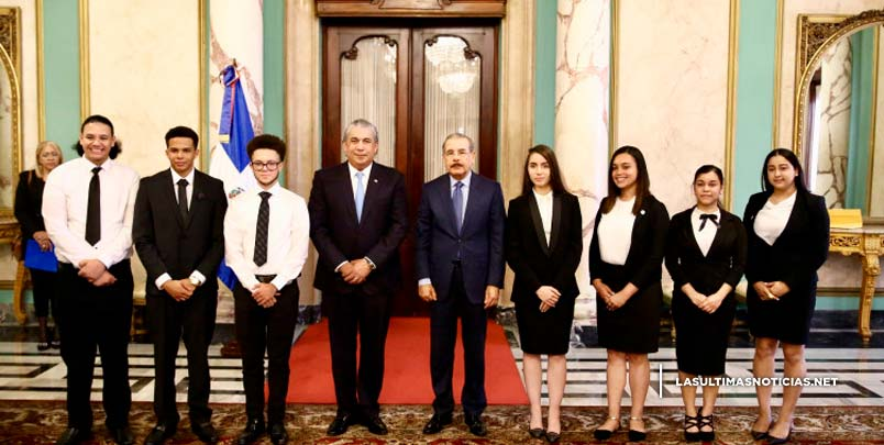 Medina ofrece cálido recibimiento en Palacio Nacional a estudiantes meritorios dominicanos radicados en Estados Unidos