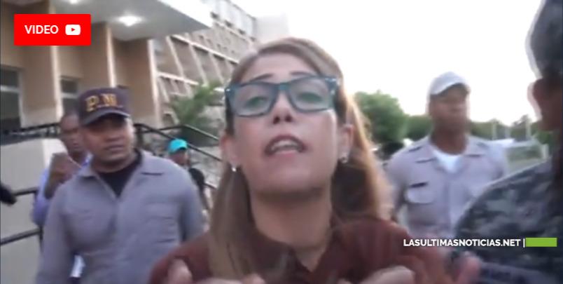 Mujer va a querellarse contra ex pareja y la dejan detenida