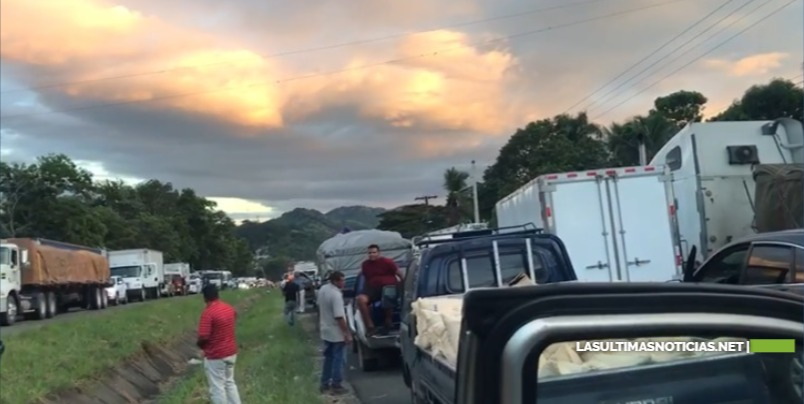 Atrapados en el mega tapón de la autopista Duarte están indignados