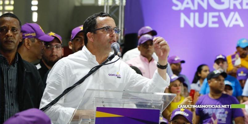 Navarro afirma que Castillo es un hombre con una cabeza llena de nuevas ideas, con manos firmes y un corazón lleno de solidaridad