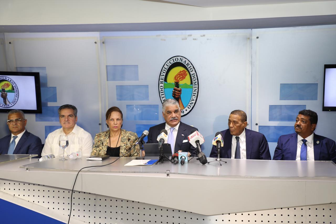 Miguel Vargas felicita a Gonzalo Castillo por su triunfo en primarias del PLD