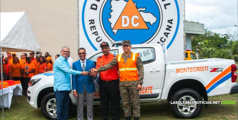 Danilo Medina dona Camioneta Defensa Civil
