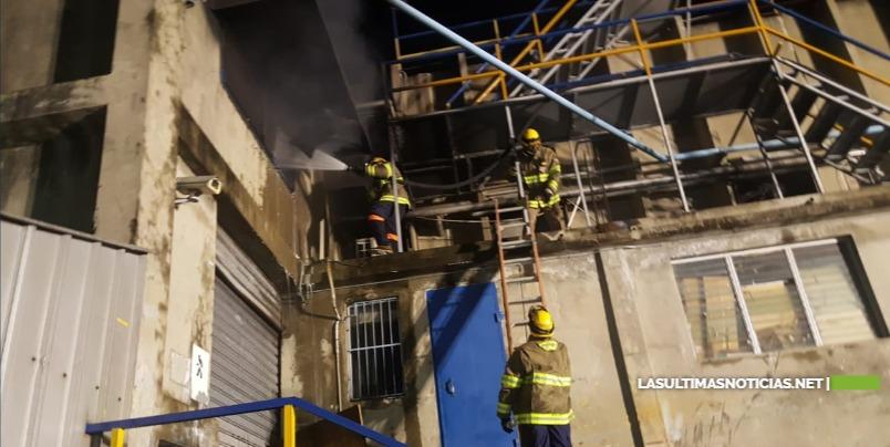 9-1-1 informa que fue extinguido incendio en fábrica de plásticos de Haina; dos personas afectadas fuera de peligro