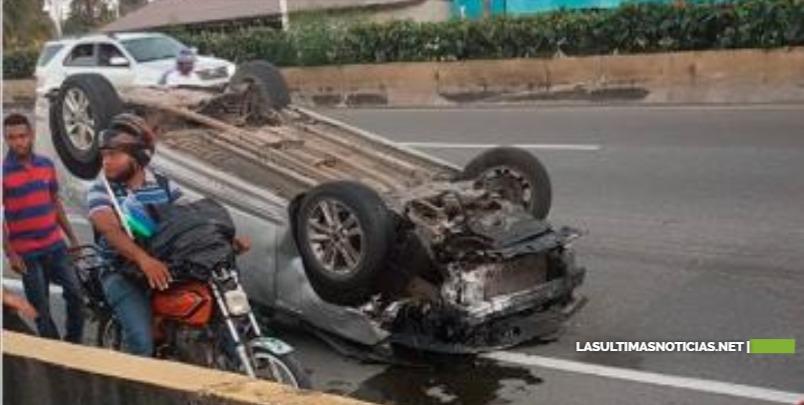Conductor de carro arrolla tres policías en Las Américas; dos mueren