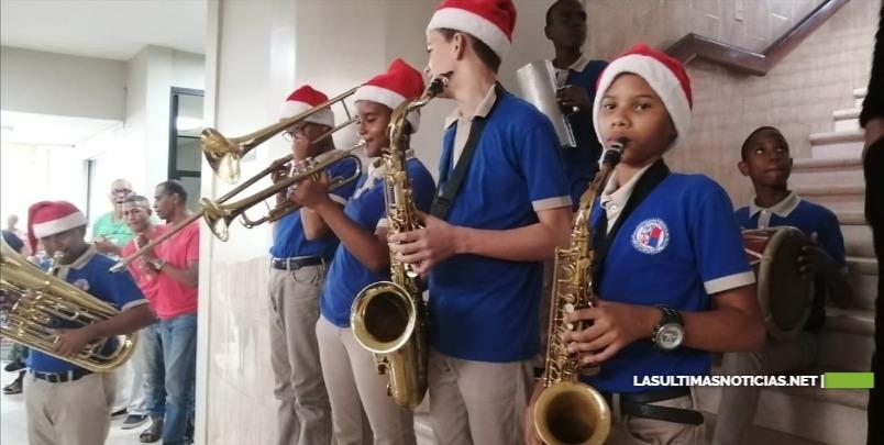 Estudiantes de la escuela San Vicente de Paúl cantan a los pacientes del Dermatológico.