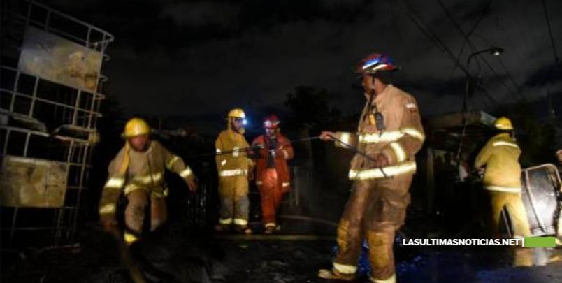 "Bomberos sofocan fuego en ""Los Tanques"" de la autopista Duarte"
