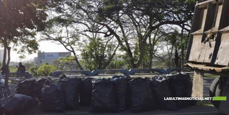 """Las botellas de plástico esparcidas en el Mirador Sur forman parte de """"campaña de concientización"""""""