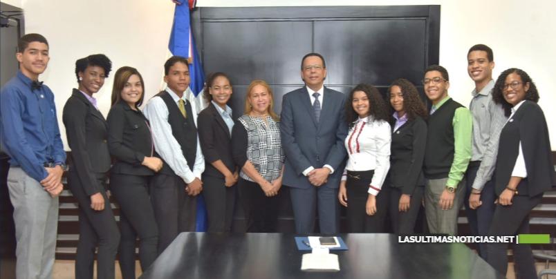 Ministro Peña Mirabal apoya estudiantes meritorios que participarán en intercambio cultural y académico en EE.UU.