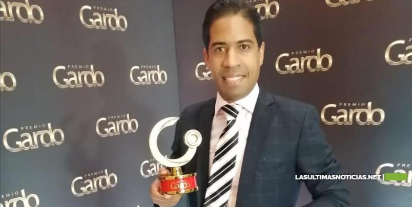 Locutor Wellington De León gana categoría en premios Gardo.