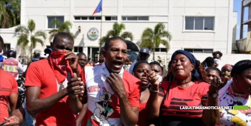 Haitianos protestan frente a embajada; exigen solución ante precaria situación en RD