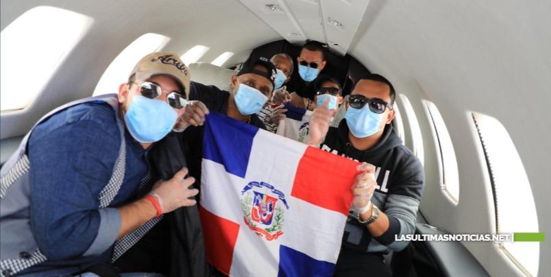 Llegan al país seis músicos dominicanos que tenían dos meses varados en Miami y que Gonzalo Castillo ayudó a retornar