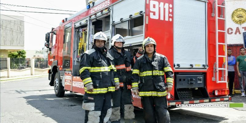 Tres unidades de bomberos sofocan incendio en fábrica de muebles en La Vega