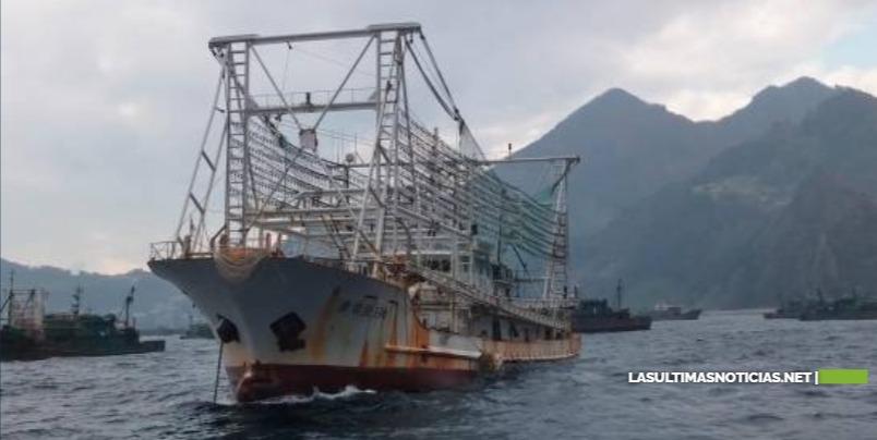 """El misterio de los """"botes fantasmas"""": Cómo opera en Asia la mayor flota de pesca ilegal del mundo"""