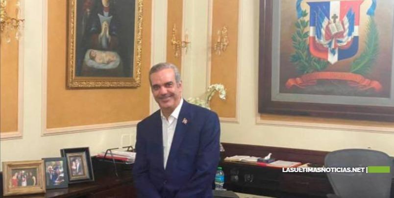 Abinader invita a funcionarios a no colocar su foto en instituciones públicas