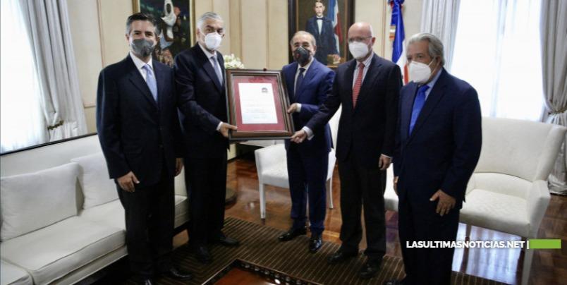 Danilo Medina recibe reconocimiento del Clúster Turístico y Asociación de Hoteles y Empresas Turísticas de Samaná por aportes al sector