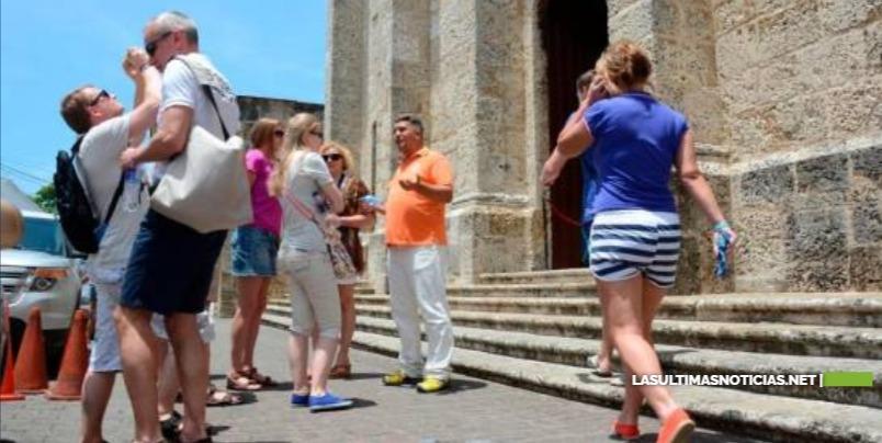 Gobierno dotará de un seguro a turistas y no hará pruebas masivas de COVID-19