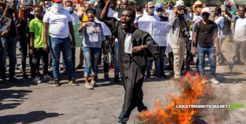 Policías haitianos incendian vehículos en protesta por arresto de colegas