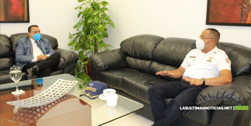 Ney Arias Lora preparado para brindar asistencia a turistas