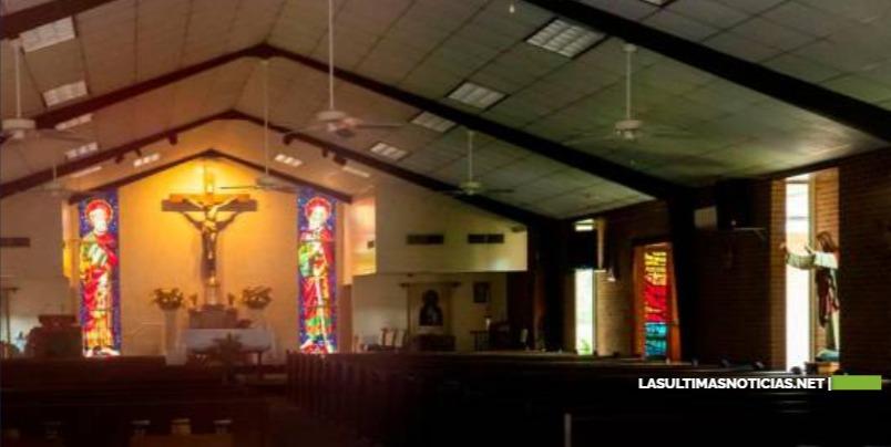 El Sacerdote Travis Clark , fue encontrado teniendo sexo con dos mujeres dominatrices en altar de iglesia