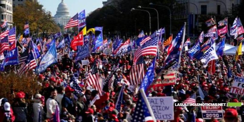 Donald Trump deleita a sus seguidores al pasar en caravana de autos