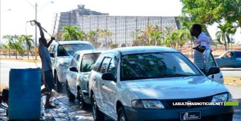 Alcaldía desaloja lavaderos de carros que operaban en el parque del Este