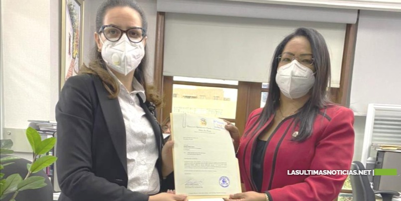 Diputada Servia Iris Familia deposita proyecto de resolución solicita eliminación de cobro de diez dólares a dominicanos que lleguen al país