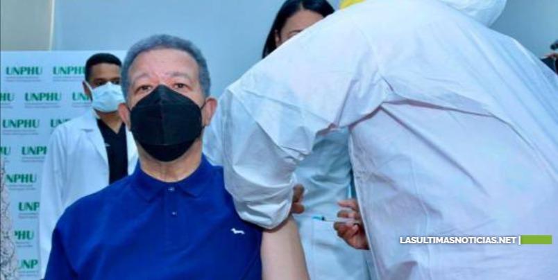Leonel Fernández se vacuna contra el COVID y tilda de extraña advertencia de EE.UU.