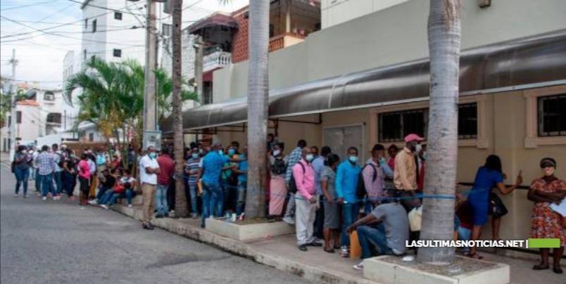 Haitianos pagan hasta RD$13,068 por un pasaporte en embajada en RD