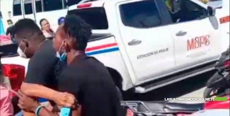 Grupo de hombres asaltan banca en La Romana y le dan un tiro a una señora de 70 años