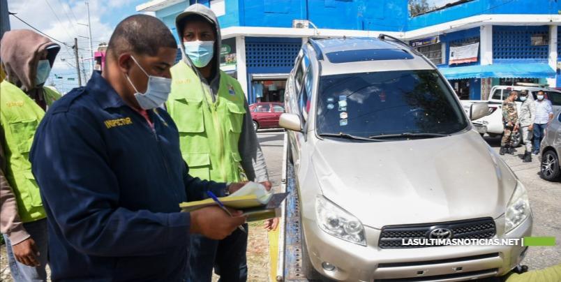 Ayuntamiento Santo Domingo Este retira vehículos de dealers ocupaban vía pública